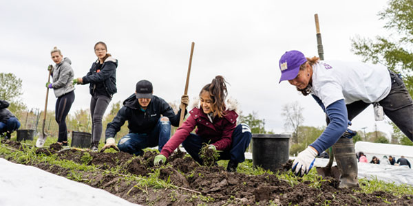 Students get their hands dirty at UW Farm.